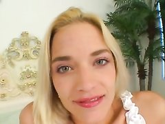 Блондинка от первого лица чеканит домашний минет и трахается в бритую щель