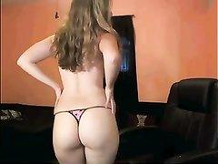 Рыжая красотка перед любительской вебкамерой сняла трусики и раздвинула ноги