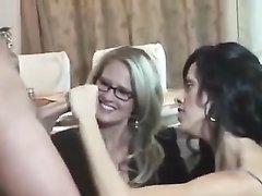 Зрелые брюнетка и блондинка в групповухе делают домашний двойной минет студенту