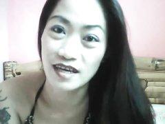 Фигуристая азиатка раздвинула ноги для домашней мастурбации клитора
