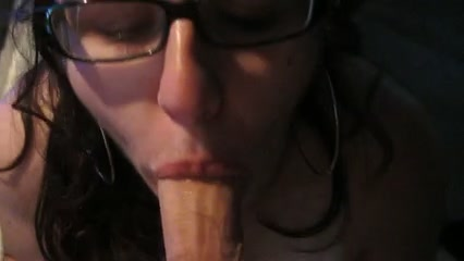 Брюнетка в очках строчит крупным планом домашний минет поклоннику от первого лица