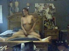 В спальне домашняя скрытая камера снимает куни и минет молодой парочки