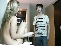 Зрелая проститутка в чулках сделав любительский минет отдалась студенту