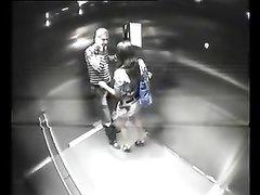 Любительское подглядывание по скрытой камера за парой трахающейся в лифте