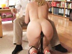 Блондинка трахаясь с партнёром наслаждается домашней анальной мастурбацией