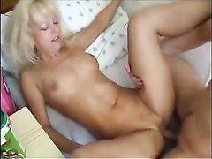 Чешская зрелая блондинка трахается с молодым любовником до окончания в рот