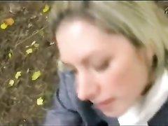 В парке молодая блондинка от первого лица чеканит любительский минет незнакомцу