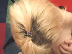 Крупный план домашнего минета и интим с окончанием на лицо блондинки с бритой щелью