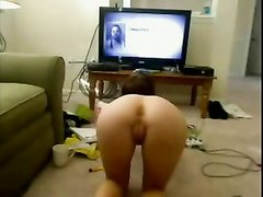 Фигуристая домохозяйка с круглой попой встала на карачки перед вебкамерой