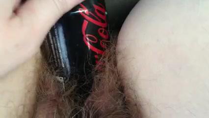 Крупный план домашней мастурбации игрушкой волосатой киски зрелой толстухи