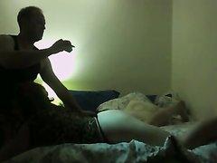 Любительское подглядывание за парнем мастурбирующим киску даме делающей минет