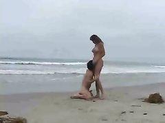 Грудастая туристка на пляже предложила любительский секс незнакомцу