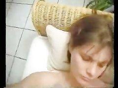 Домохозяйка с маленькими сиськами трёт киску и делает минет для окончания на лицо