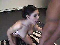 Белая студентка делая любительский минет сосёт большой чёрный член негра