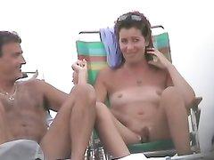 Подглядывание на нудистском пляже за зрелой туристкой с маленькими сиськами