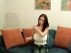 Молодая красотка с большими сиськами в любительской соло сцене позирует топлес