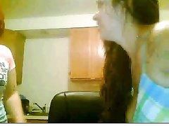 Лесбиянки с большими сиськами по домашней вебкамере показывают прелести