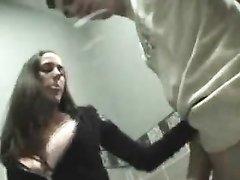 Молодая немка в туалете сделав домашний минет трахается в киску с коллегой
