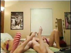 Три молодые девушки перед вебкамерой занялись домашней мастурбацией