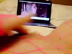 Девушка в сетчатых колготках снимает домашнюю мастурбацию от первого лица