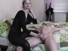 Грациозная блондинка в чёрном наряде перед вебкамерой оседлала член любовника
