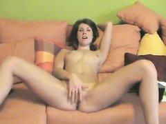 Стройная брюнетка разделась перед вебкамерой для любительской мастурбации