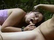 Брюнетка на природе после любительского минета трахается до окончания на лицо