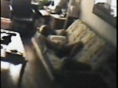 Скрытая камера сняла домашнюю мастурбацию возбуждённой развратницы на диване