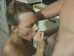 Молодая модель делает любительский минет зрелому мужик для окончания в рот