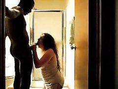 Зрелая брюнетка с круглой попой сосёт чёрный член у темнокожего любовника