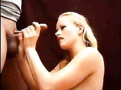 Молодая блондинка дрочит член любовника сидя на корточках и лёжа в 69 позе