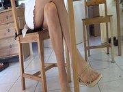 Шаловливая зрелая домохозяйка демонстрирует стройные ноги крупным планом