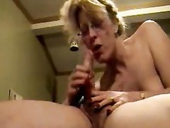 Зрелая блондинка в 69 позе сделав любительский минет трахается усевшись на член