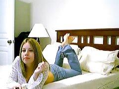 Рыжая фигуристая красотка в джинсах возле вебкамеры устроила домашний стриптиз