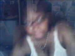Толстая зрелая негритянка позирует обнажённой перед домашней вебкамерой