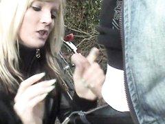 Немецкая молодая блондинка в парке делает домашний минет для окончания в рот