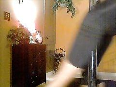 Фигуристая негритянка с круглой попой возле шеста исполнила домашний стриптиз