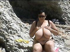 Зрелая немецкая толстуха на пляже показывает натуральные огромные сиськи
