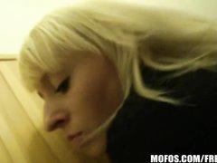 Крупным планом блондинка чеканит домашний минет от первого лица и трахается