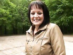 Фигуристая француженка с круглой попой в парке отдалась после домашнего минета