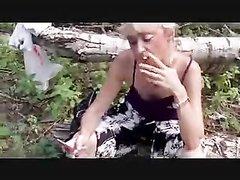 Русская зрелая блондинка на улице строчит любительский минет для окончания в рот