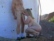 Зрелая блондинка с большими сиськами на улице делает минет молодому любовнику
