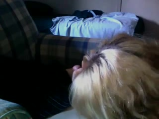 Блондинка перед скрытой камерой строчит домашний минет с окончанием в рот