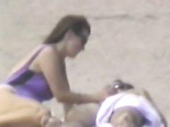 Пляжное подглядывание похотливой туристкой трахающейся с любовником