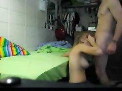 Блондинка с маленькими сиськами занялась домашним сексом перед скрытой камерой