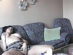 Соло сцена с мастурбацией пышной брюнетки с натуральными большими сиськами