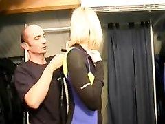 Домашняя групповуха французской блондинки с двумя озабоченными коллегами