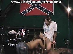 Ненасытная любительница минета дрочит и отсасывает белый и чёрный члены