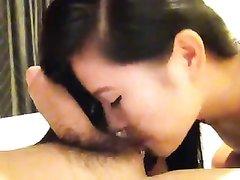 Азиатка насосавшись твёрдого члена наслаждается любительским сексом