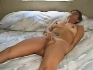 В спальне зрелая дама с загаром разделась для любительской мастурбации